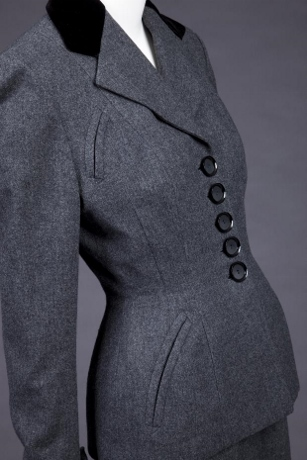 The curved welt pockets echo the curves in the suit. (photo: Goldstein Museum of Design)