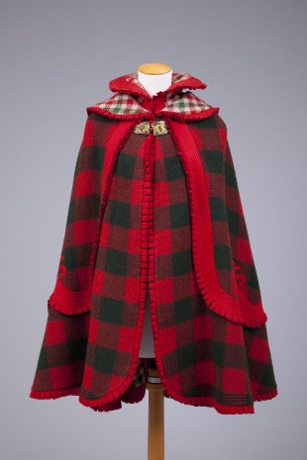 Catalog# 1983.050.001: Circular red and green wool plaid cape, 1890-1899.