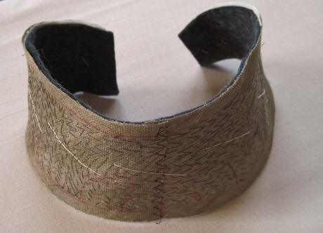 Another view of the curved ends of the pad stitched undercollar.
